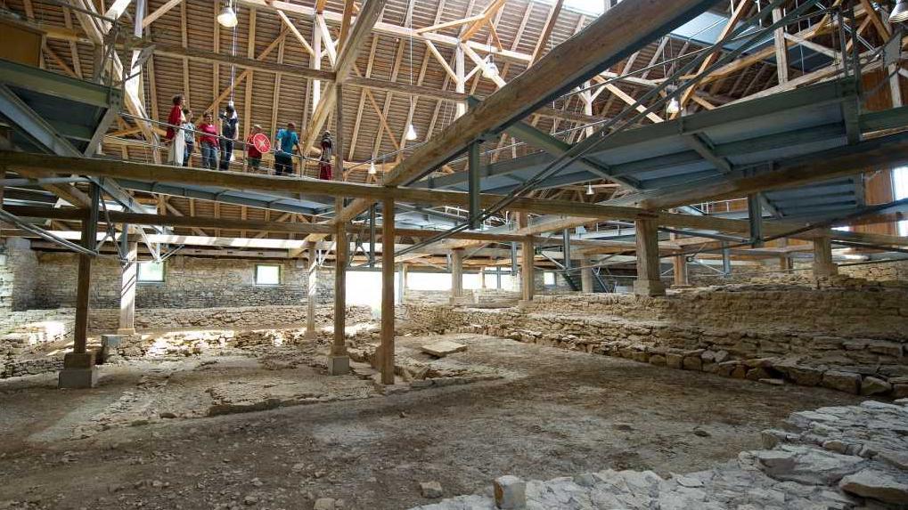 Laufstege unterhalb der Dachkonstruktion in der römischen Badruine Hüfingen; Foto: Infoamt Hüfingen, Matthias Hangst