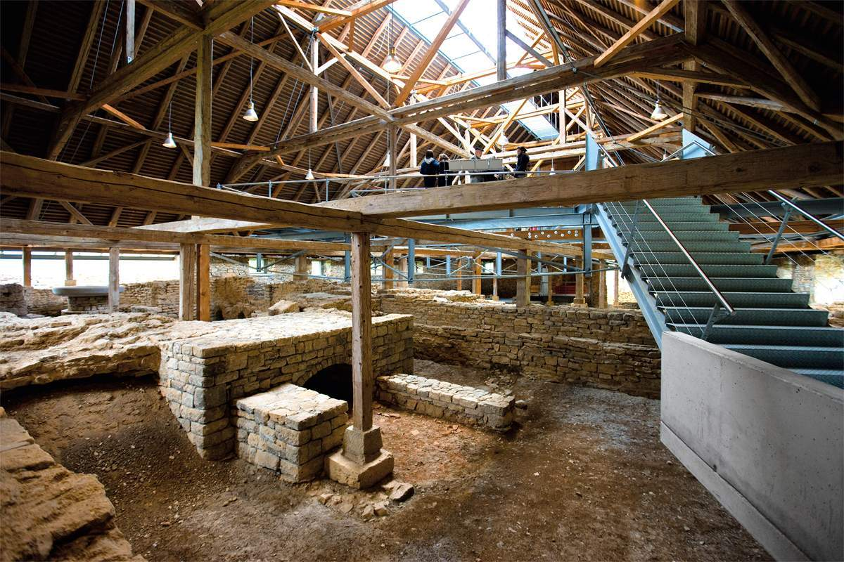 Easily recognisable from its characteristic walls: the various rooms of the Roman baths