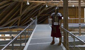 Blick auf einen Besucherlaufsteg der römischen Badruine Hüfingen mit Modell eines römischen Soldaten; Foto: Staatliche Schlösser und Gärten Baden-Württemberg, Achim Mende